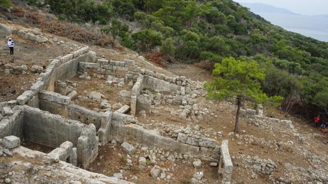 RESIM 4_Dana Adası'nda terkedilmiş taş ocakları üzerine inşa edilmiş yapı grubu
